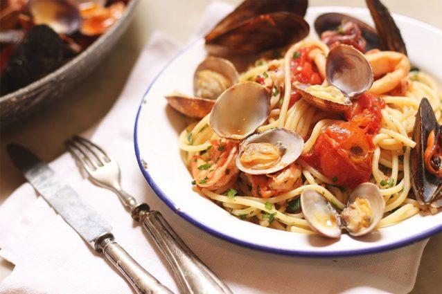 Spaghetti allo scoglio rossi: la ricetta con il pomodoro